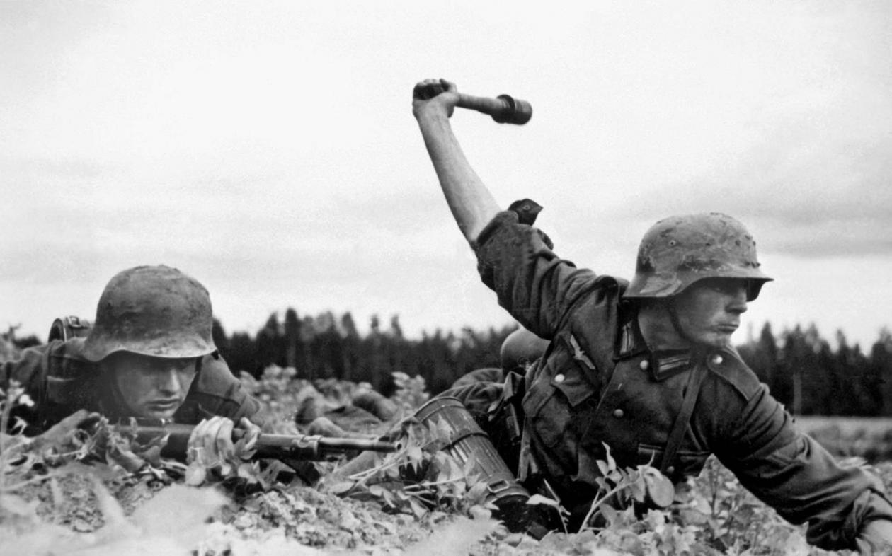 جنگ جهانی دوم با حمله هیتلر به لهستان در اول سپتامبر 1939 آغاز شد و پس از آن بود که کشورهای فرانسه و بریتانیا به آلمان اعلان جنگ دادند.