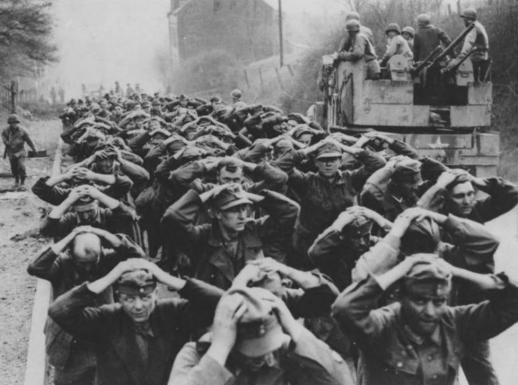 جنگ جهانی دوم چرا و چگونه شروع شد؟ بدون شک علت شروع جنگ جهانی دوم را باید در جنگ جهانی اول و اتفاقات پس از پایان آن جستجو کرد.