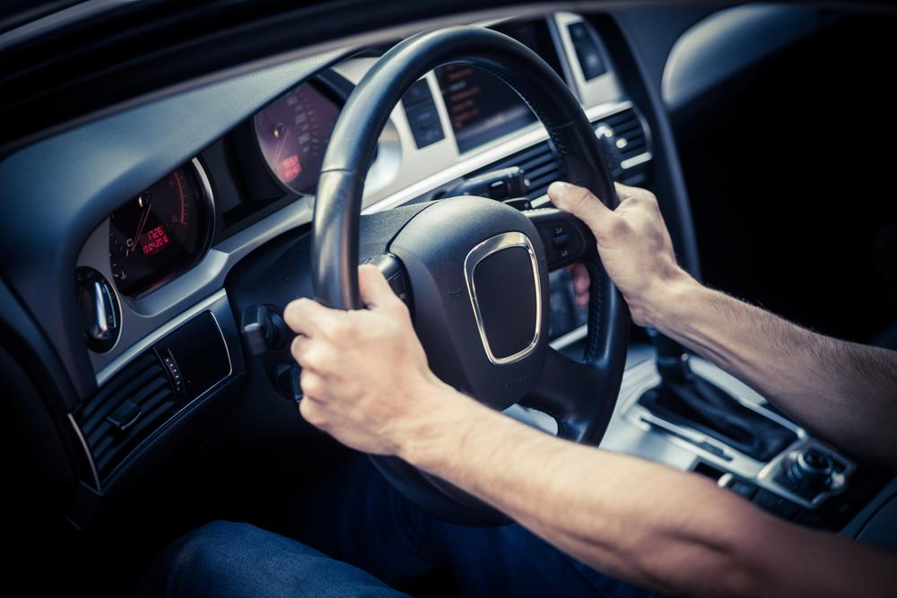 علم در مورد بهترین شیوه گرفتن فرمان برای رانندگان یک دست و دو دست چه میگوید؟