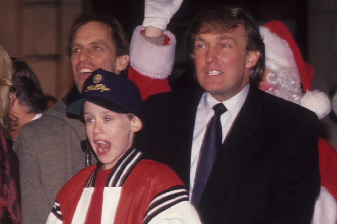 سکانس مربوط به حضور کوتاه دونالد ترامپ، رییس جمهور ایالات متحده در کمدی کلاسیک «تنها در خانه 2: گمشده در نیویورک سیتی» (Home Alone 2: Lost in New York City) که یک فیلم با بن مایه جشن و تعطیلات کریسمس است در بازپخش این فیلم در کانادا حذف شد