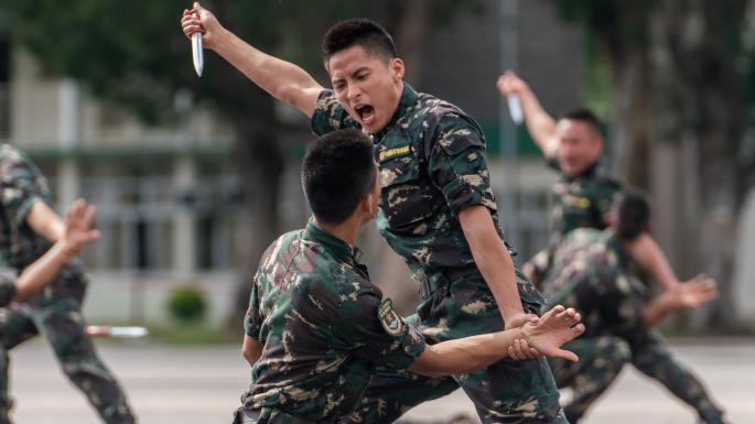 با حضور حدود 2 میلیون پرسنل در نیروهای نظامی چین، شاید فکر کنید که داستان تنها یک شخص که نتوانسته سختی ها و مشقات زندگی نظامی در این کشور را تاب بیاورد مورد توجه قرار نمی گیرد.