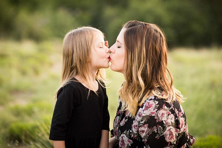 بوسیدن لب کودک