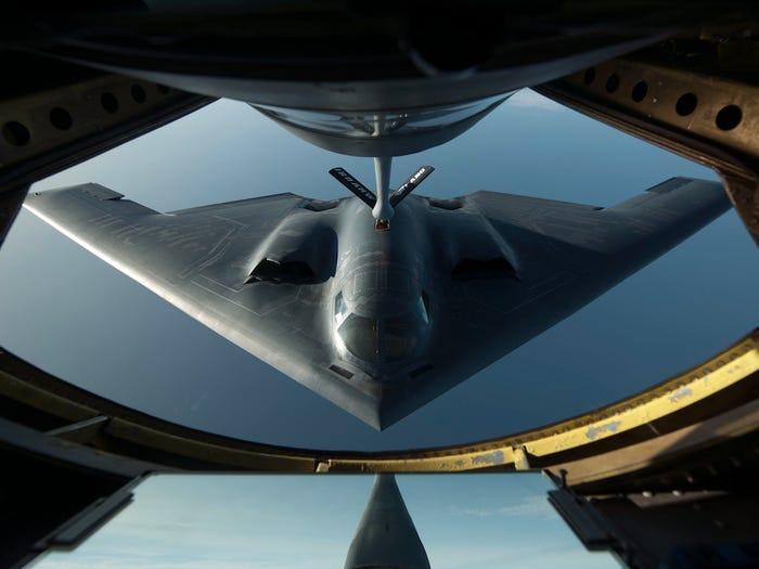 با طراحی شبیه «بال پرنده» خود که آن را برای رادارها تقریباً غیرقابل رویت می سازد، بمب افکن B-2 Spirit گران قیمت ترین هواپیمای نظامی جهان نیز به شمار می آید.