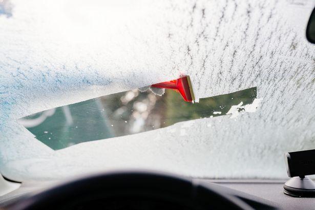 در هوای برفی و یخبندان های صبحگاهی، رفع یخ زدگی شیشه جلو یکی از مهم ترین دردسرهاست که برای داشتن دید مناسب باید بر آن غلبه کنید.
