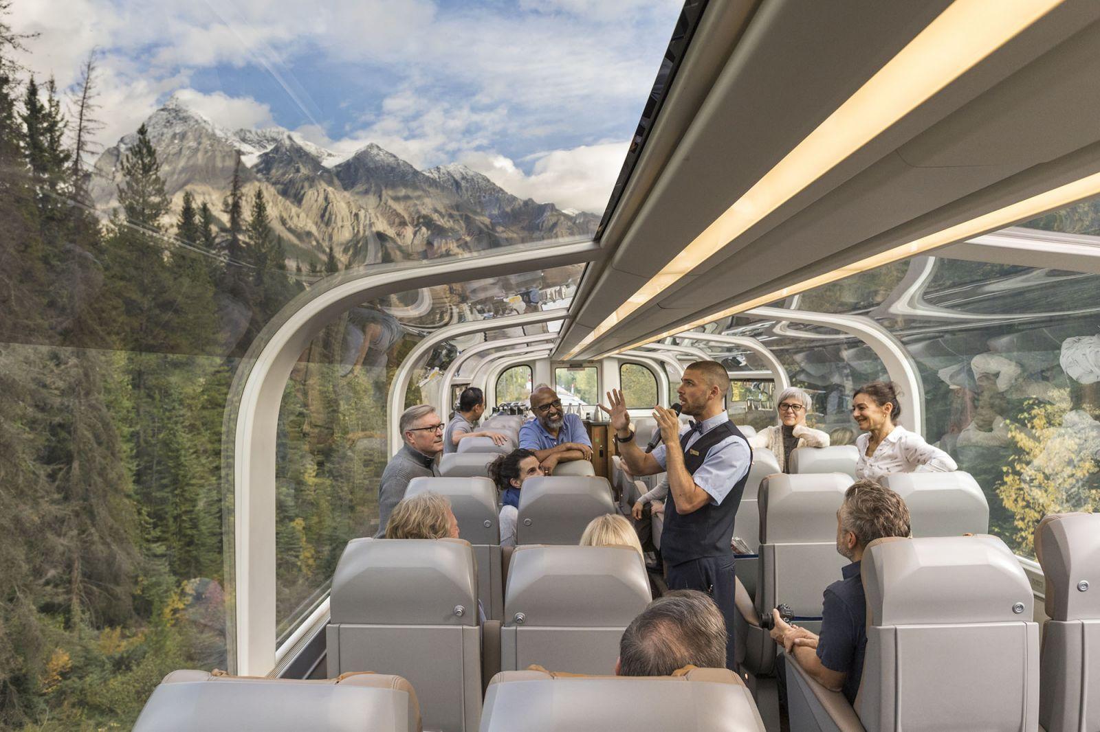 قطار شیشه ای Rocky Mountaineer مسافران خود را از تورنتو در شرق کانادا به ونکوور در غرب این کشور می برد و در این مسیر از کوهستان های راکی می گذرئد.