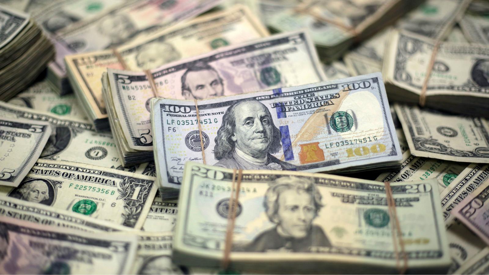 قدرت بالای دلار به دولت ایالات متحده یک توانایی بی مانند داده که بتواند در جهت اجرای تحریم های اقتصادی خود علیه برخی کشورها، فشار زیادی به دولت ها وارد کند.
