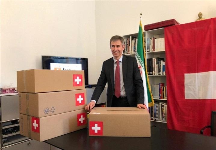 تحقیر ایرانیان توسط سفیر سوئیس با ژست دارویی!