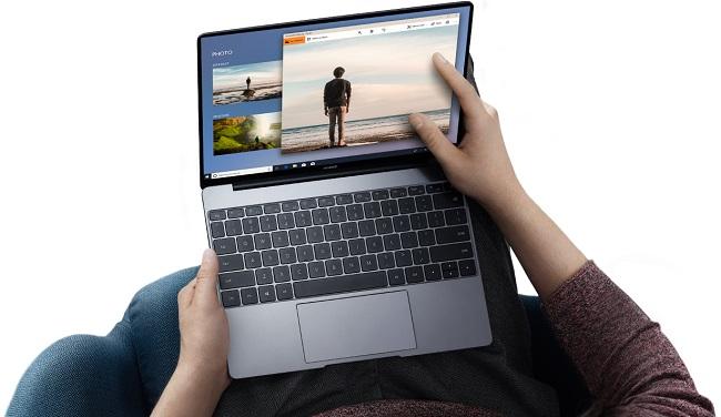 لپتاپ Huawei MateBook 13 با وزن نزدیک به 1300 گرم، از صفحه نمایش باکیفیت 13 اینچی از نوع IPS با وضوح تصویر2160x1440 پیکسل استفاده میکند.