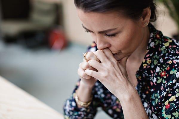 زوجینی که رابطه آن ها در معرض ریسک بیشتری از لحاظ طلاق قرار دارد، در زمینه جایگاه اجتماعی، تحصیلات و شرایط کاری از ویژگی های خاصی برخوردارند.