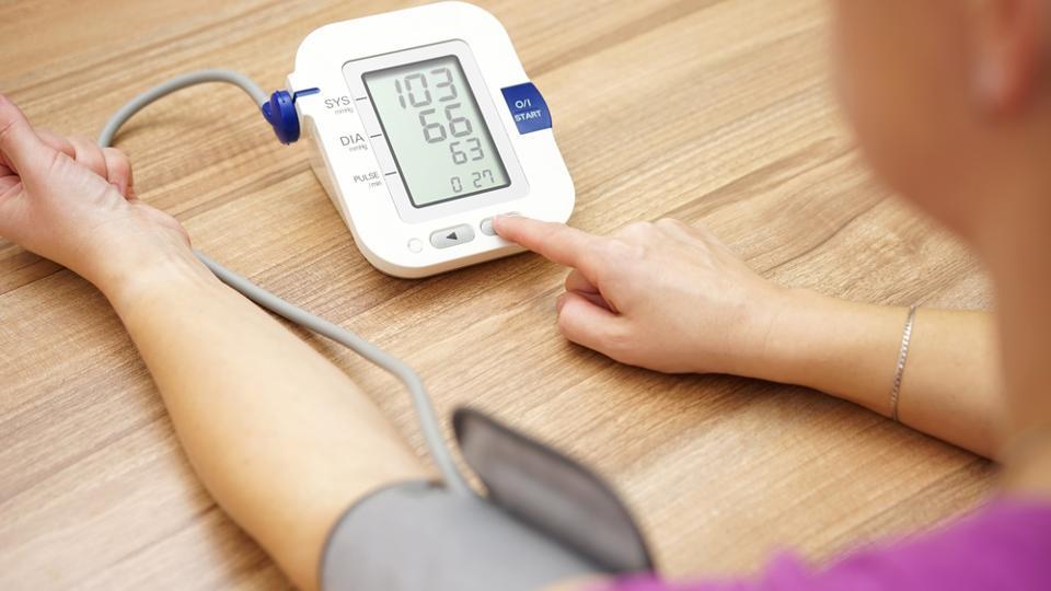 در ادامه این مطلب هر آنچه که در مورد فشار خون پایین، عوامل آن و اینکه چه زمانی باید آن را جدی گرفت را با شما در میان خواهیم گذاشت.