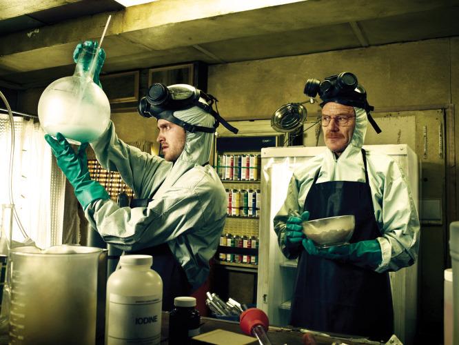 آموزش نحوه تولید ماده مخدر متامفتامین به بازیگران دو نقش اصلی سریال «بریکینگ بد»