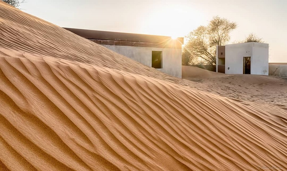 روستای المدام در دبی و در نزدیکی مرز شارجه یک روستای متروکه است که متشکل از دو ردیف خانه و یک مسجد بوده و در حال رفتن به زیر شن است.