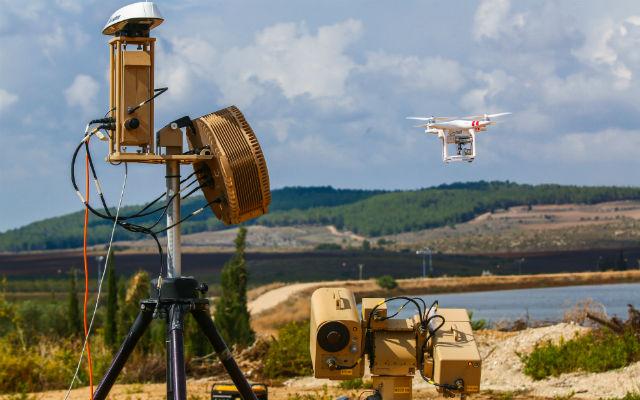 سلاح لیزری ضد پهپادی موسوم به «Drone Dome» از کمپانی نظامی Rafael یک سیستم لیزری است که پهپادها را در همه سایزها شناسایی و با امواج لیزر می سوزاند.