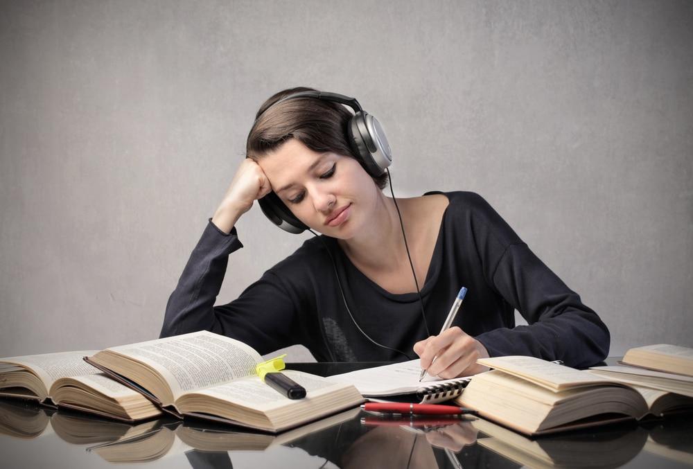 آیا با یادگیری زبان انگلیسی دست و پنجه نرم می کنید؟ یا از کتاب های درسی خسته شده اید؟ تنها راه یادگیری زبان انگلیسی این است که تسلیم نشوید.