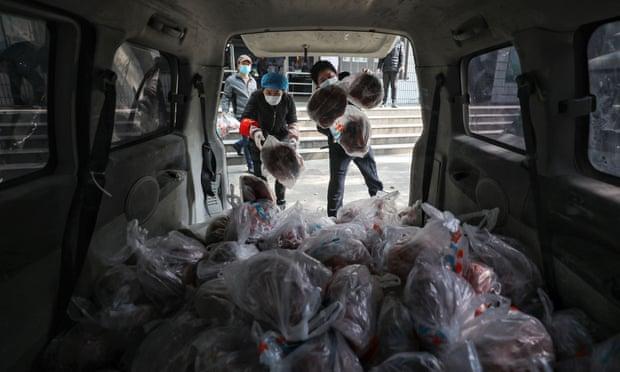 یک مقام بلندپایه دولت چین در جریان دیدار از شهر ووهان مورد انتقاد شدید شهروندان قرار گرفت که نشان می دهد کرونا در حال به چالش کشیدن تسلط حزب کمونیست است.