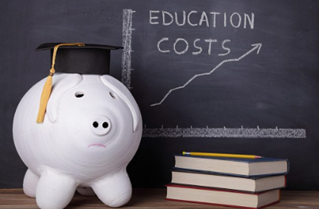 دانشجویان آمریکایی وارد یکی از پرهزینه ترین سیستم های آموزش عالی در جهان می شوند و اکثر آن ها توانایی پرداخت هزینه های آن را ندارند.