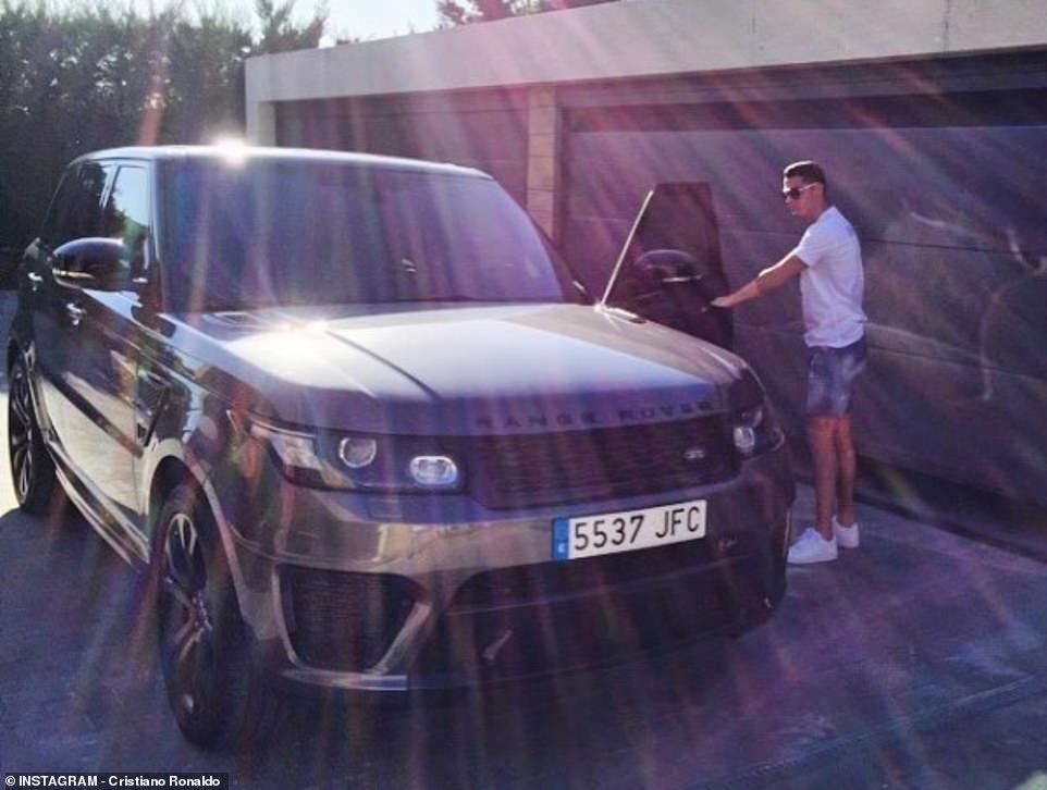 وز چهارشنبه گذشته و برای جشن تولد 35 سالگی اش، کریستیانو رونالدو یک خودرو Mercedes AMG G63 ابز نامزدش جورجینا رودریگز به عنوان کادوی تولد دریافت کرد.
