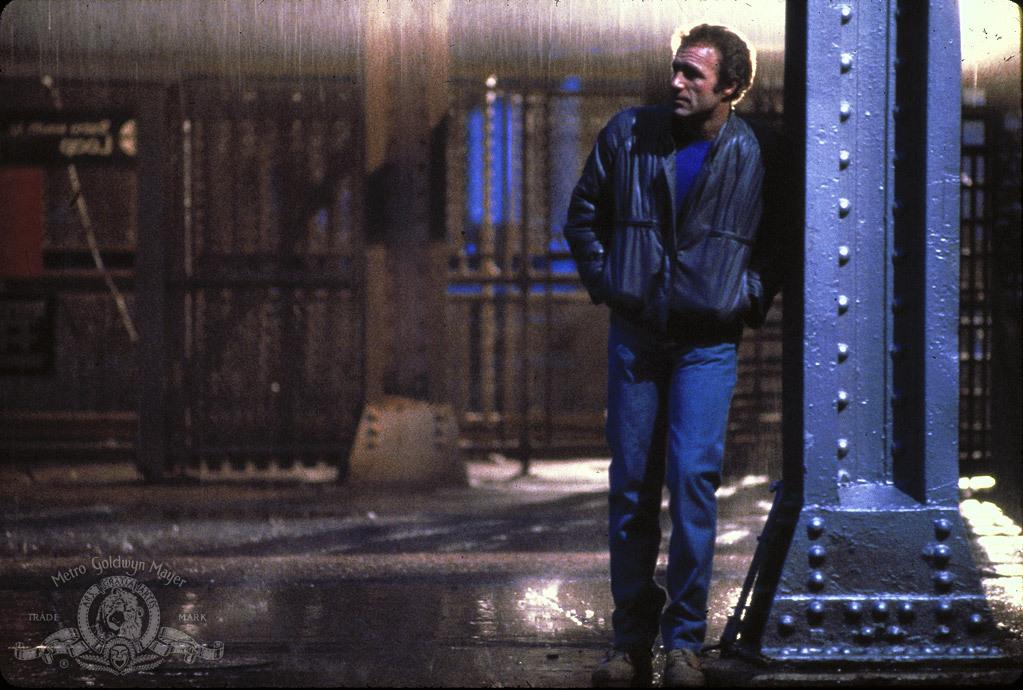 فیلم نئونوآر یکی از جذاب ترین و پرتنش ترین ژانرهای سینمایی است که ریشه در ژانر نوآر دارد و بسیاری از فیلم های ماندگار تاریخ سینما را در تعلق خود دارد.