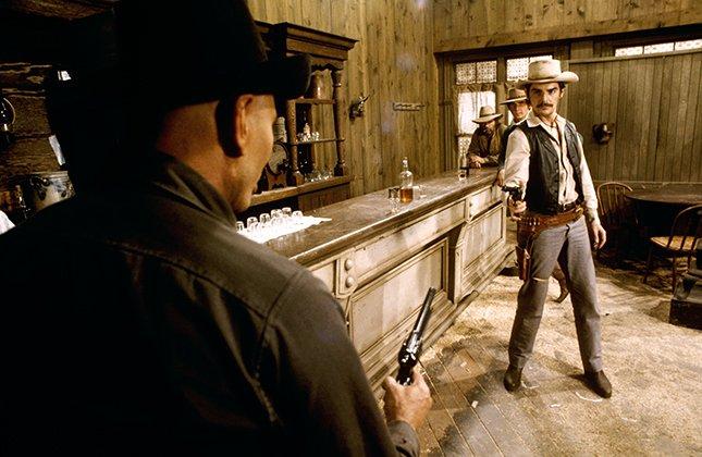 داستان سریال Westworld در مورد یک پارک سرگرمی با فضای غرب وحشی است، جایی که در آن ربات ها برای سرگرم کردن انسان ها در سناریوهایی متفاوت زندگی می کنند