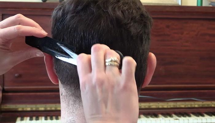 8 6 چگونه در خانه موهای خود را اصلاح کنیم؟ ۷ گام ساده برای خودآرایشگری مردان