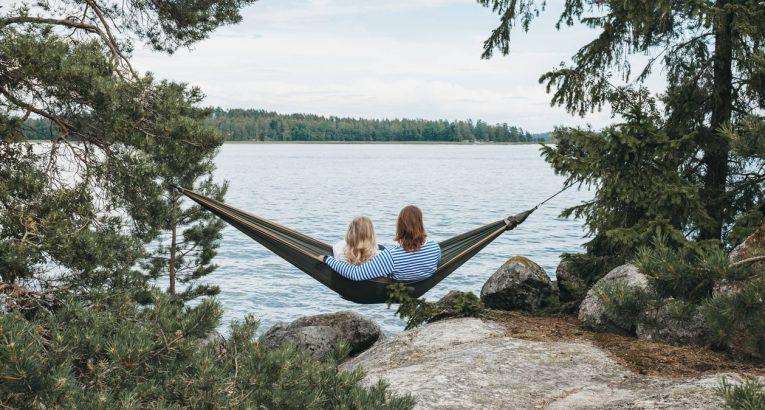 برای سومین سال پیاپی، فنلاند در صدر شادترین کشورهای جهان قرار گرفت و کشورهای دانمارک و سوییس نیز رتبه های دوم و سوم شادی را به خود اختصاص دادند.