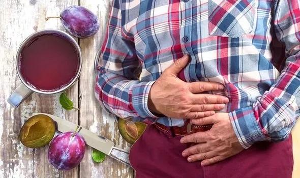 پیشگیری از نفخ شکم با آب آلو سیاه