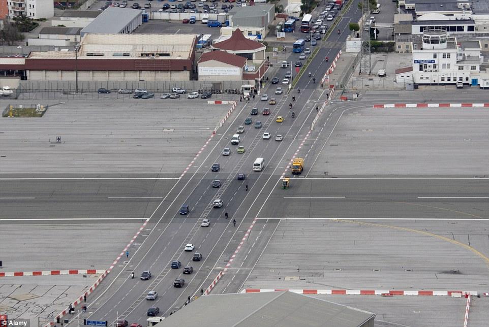 فرودگاهی که باند آن از وسط خیابان می گذرد + ویدیو