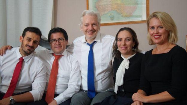 رابطه عاشقانه جولین آسانژ موسس ویکی لیکس و وکیلش در سفارت اکوادور