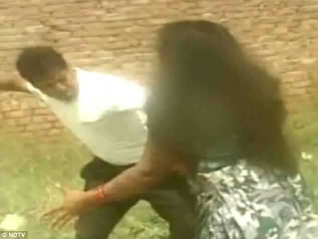 کتک خوردن زنی در هند از 4 مرد