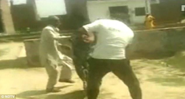 کتک خوردن یک زن هندی توسط چهار مرد