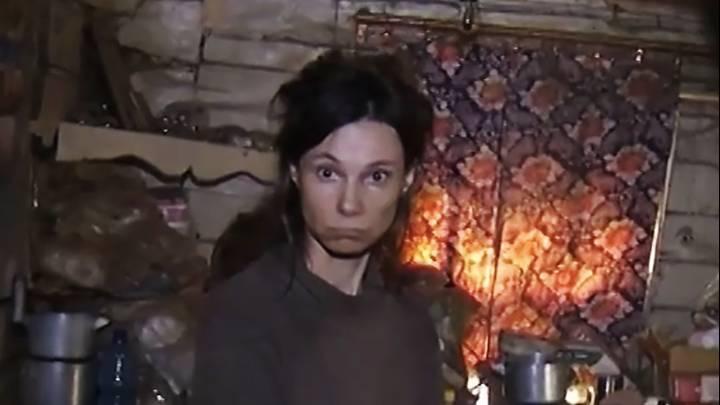 زن روسی دخترش را ۲۶ سال در خانه زندانی و وادار به خوردن غذای گربه کرد + ویدیو