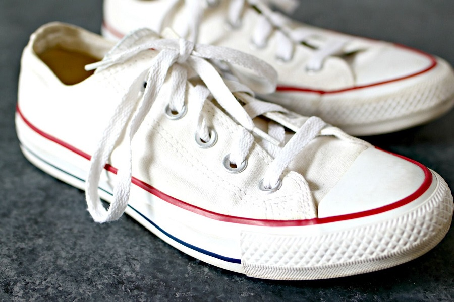 نحوه شستن و تمیز کردن کفش کتانی با یک ترفند خیلی راحت و ارزان