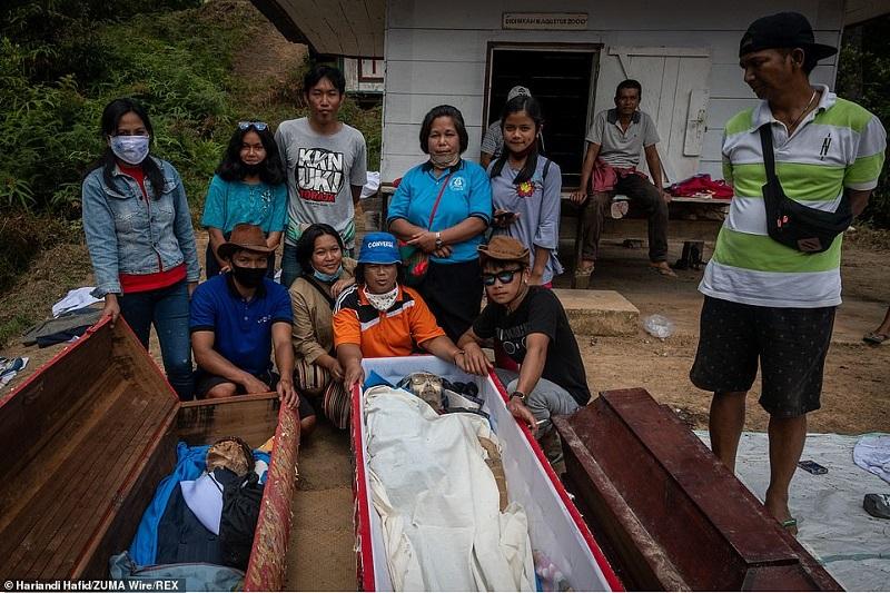 10 1598364888472 - رسم عجیب اندونزیایی ها؛ تجدید دیدار سالانه و معاشرت با مردگان