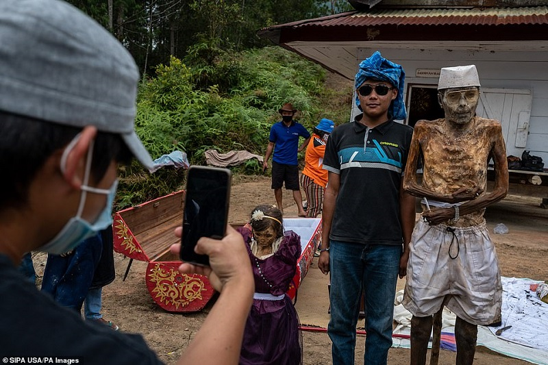 11 1598368720074 - رسم عجیب اندونزیایی ها؛ تجدید دیدار سالانه و معاشرت با مردگان