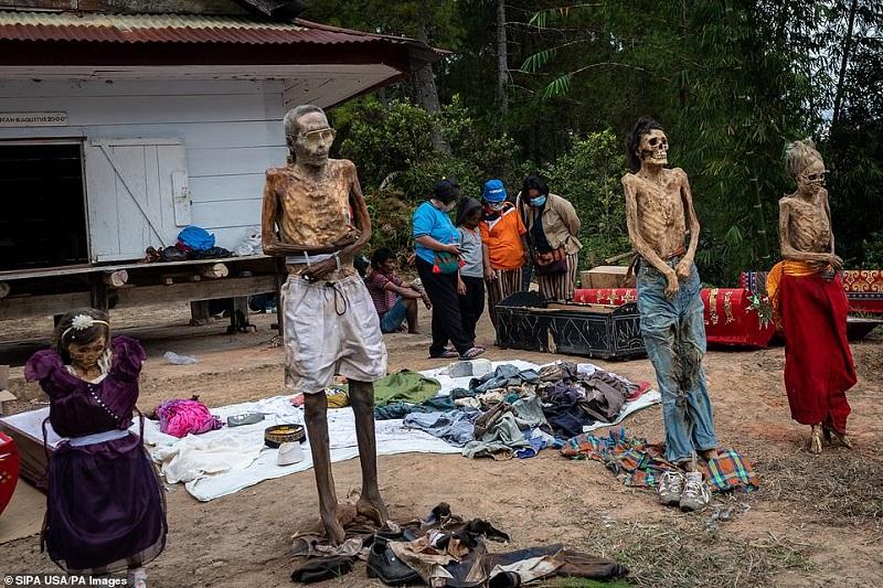 13 1598368920113 - رسم عجیب اندونزیایی ها؛ تجدید دیدار سالانه و معاشرت با مردگان
