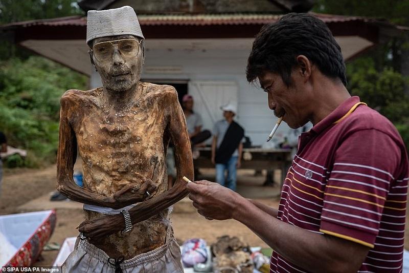 14 1598369002597 - رسم عجیب اندونزیایی ها؛ تجدید دیدار سالانه و معاشرت با مردگان