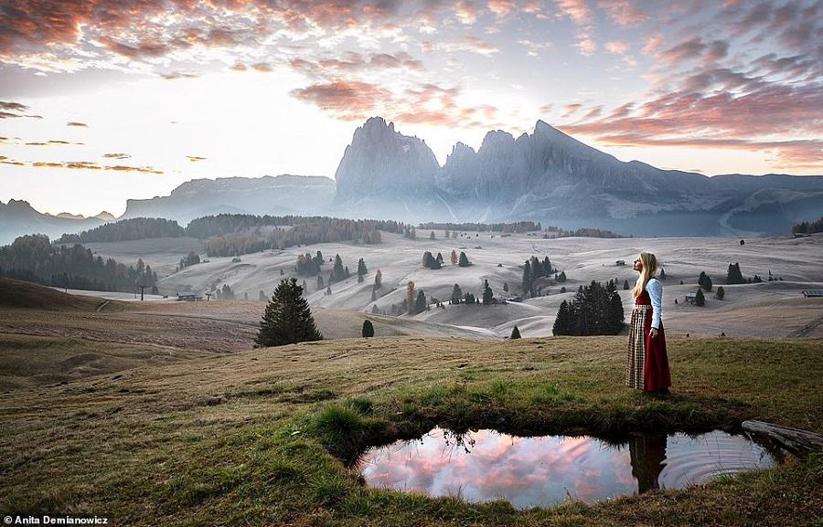 تصاویر تماشایی عکاس جهانگردی که با لباس سنتی کشورها از خود عکس می گیرد