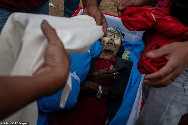 15 1598369089473 - رسم عجیب اندونزیایی ها؛ تجدید دیدار سالانه و معاشرت با مردگان