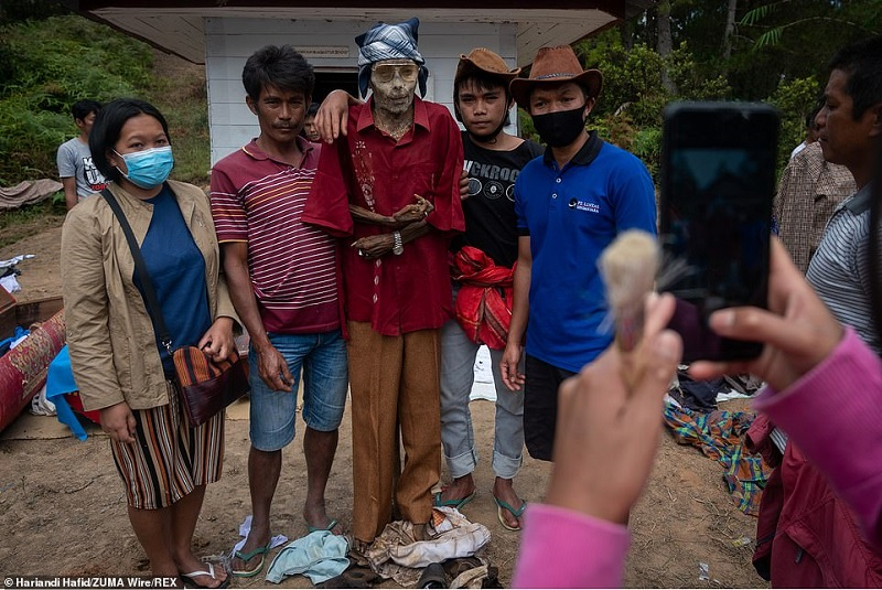 16 1598365044994 - رسم عجیب اندونزیایی ها؛ تجدید دیدار سالانه و معاشرت با مردگان