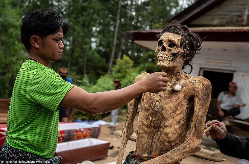 18 1598365417980 - رسم عجیب اندونزیایی ها؛ تجدید دیدار سالانه و معاشرت با مردگان