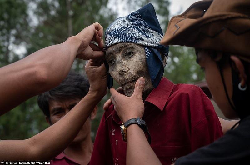 19 1598365730373 روزیاتو: رسم عجیب اندونزیایی ها؛ تجدید دیدار سالانه و معاشرت با مردگان اخبار IT