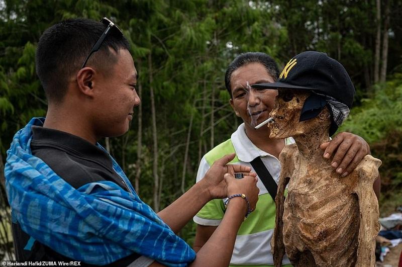 1 1598364036620 - رسم عجیب اندونزیایی ها؛ تجدید دیدار سالانه و معاشرت با مردگان