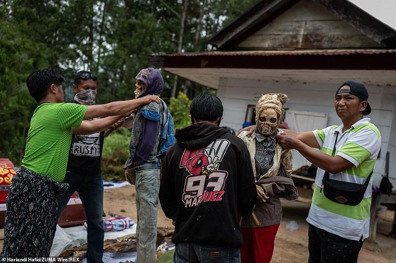 21 1598365698228 - رسم عجیب اندونزیایی ها؛ تجدید دیدار سالانه و معاشرت با مردگان