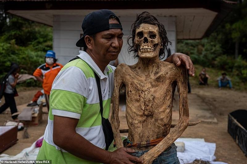 2 1598364129160 - رسم عجیب اندونزیایی ها؛ تجدید دیدار سالانه و معاشرت با مردگان