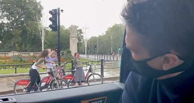 تور خیابان گردی تام کروز با ماسک در لندن و تماشای فیلم جدید کریستوفر نولان