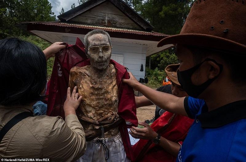 3 1598364223122 - رسم عجیب اندونزیایی ها؛ تجدید دیدار سالانه و معاشرت با مردگان