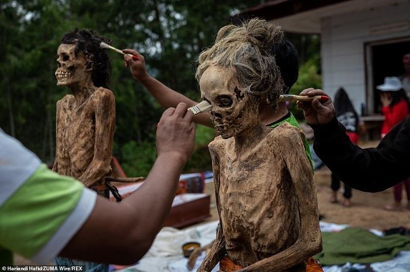 4 1598364328685 - رسم عجیب اندونزیایی ها؛ تجدید دیدار سالانه و معاشرت با مردگان