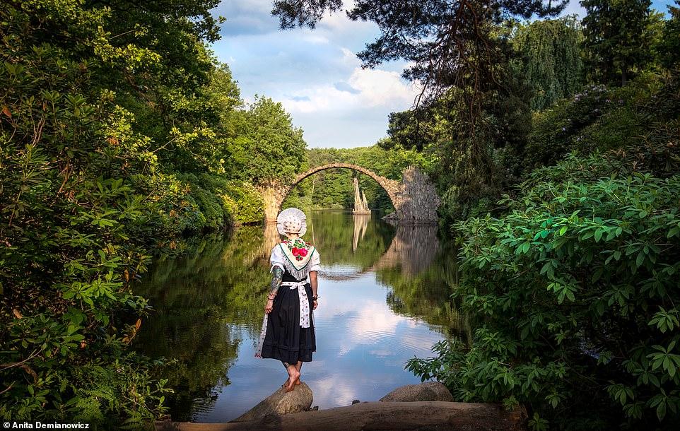 6 1595951518903 روزیاتو: تصاویر تماشایی جهانگردی که با لباس سنتی کشورها از خود عکس می گیرد اخبار IT