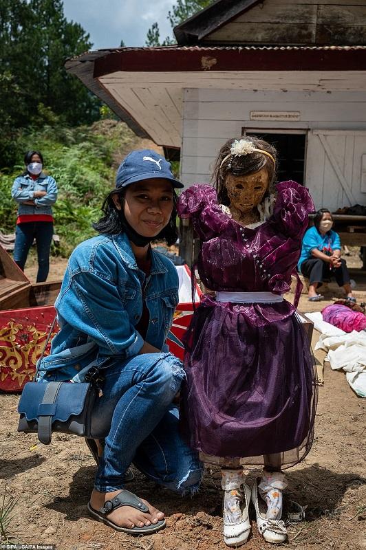 6 1598368609500 - رسم عجیب اندونزیایی ها؛ تجدید دیدار سالانه و معاشرت با مردگان