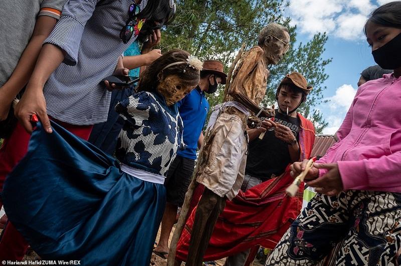 9 1598364786484 - رسم عجیب اندونزیایی ها؛ تجدید دیدار سالانه و معاشرت با مردگان